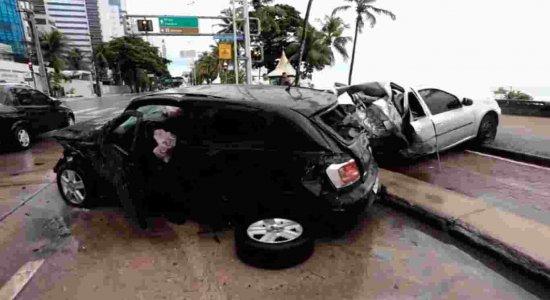 Acidente deixa homem ferido e carros destruídos na orla de Boa Viagem