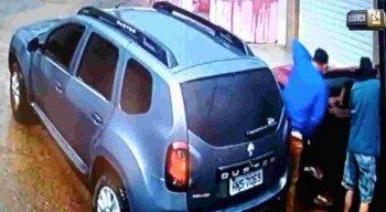 Os criminosos fogem levando o carro da vítima