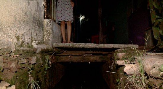 Idosa morre após cair em canaleta e moradores protestam em Olinda