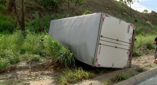 Motorista perde o controle e carreta tomba na BR-101