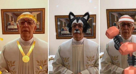 Padre faz transmissão de benção com filtros e viraliza: ''Acionei sem ver''