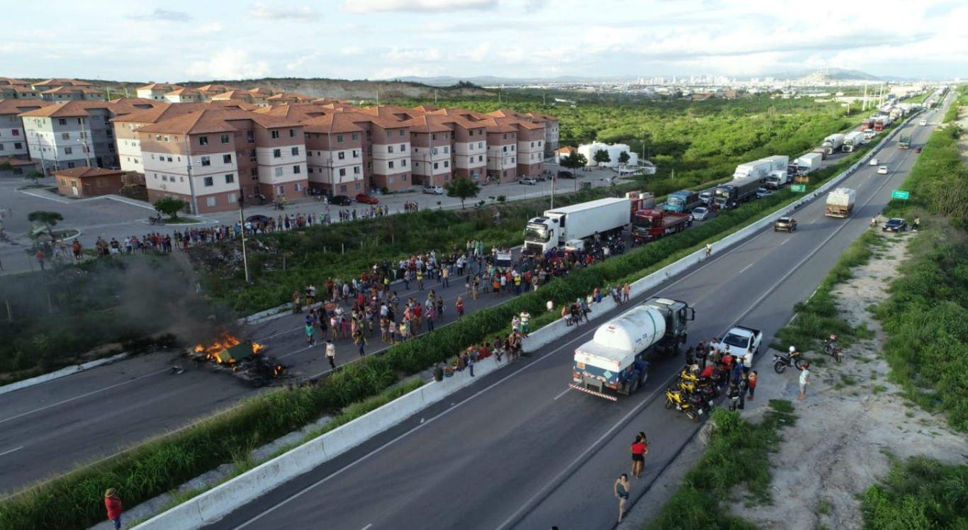Protesto é realizado na BR-232, em Caruaru