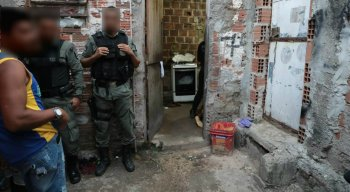 Os jovens tentaram fugir, mas foram mortos dentro do banheiro da casa