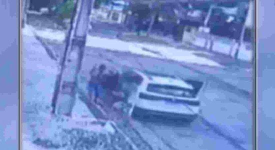 Vídeo: mulher é jogada para fora de carro durante roubo em Boa Viagem