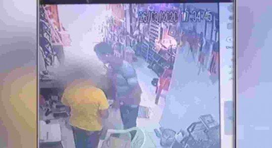 Homem assalta armazém de construção e devolve celular de funcionária