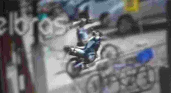 Vídeo: homem furta moto, liga para número divulgado e pede recompensa