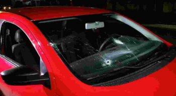 A polícia prendeu um homem e apreendeu três adolescentes com carro o roubado
