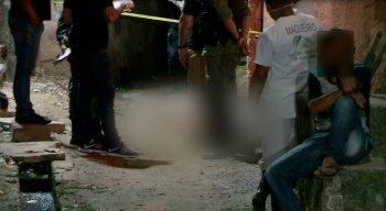 A mulher foi morta com vários tiros, de acordo com a polícia