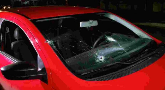 Suspeitos de roubar carro são baleados em tiroteio com a polícia