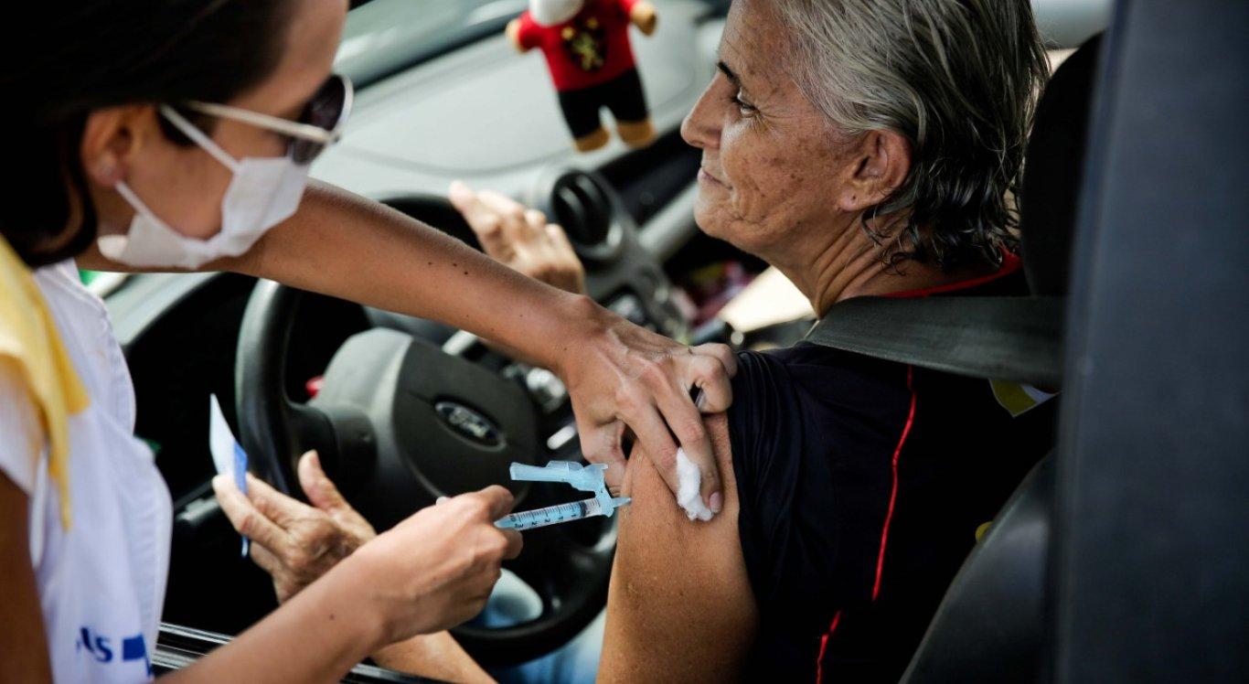 Recife faz Campanha de Vacinação contra Gripe em pontos de drive thru