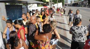 Aglomeração acontece em frente ao Cras de Santo Amaro, no Centro do Recife