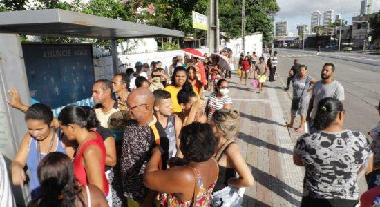 Fila se forma no Recife para cadastro do Bolsa Família