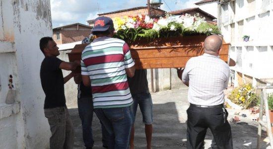 Dona de casa que teve tumor na cabeça é enterrada