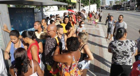 No Recife, pessoas se aglomeram para cadastro no Bolsa Família
