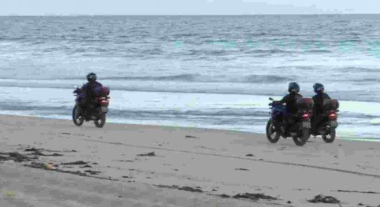Guardas municipais orientam população a saírem da praia de Boa Viagem