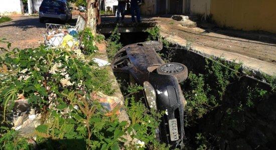 Carro cai em canal e motorista foge na Zona Sul do Recife