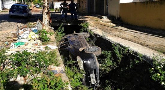 Perseguição policial termina com carro caindo em canal na Zona Sul