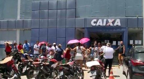 Apesar das orientações para evitar aglomeração, agências bancárias continuam lotadas no Recife