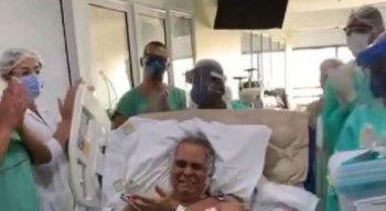 Equipe médica do Real Hospital Português, em Pernambuco, comemora alta da UTI de paciente com coronavírus