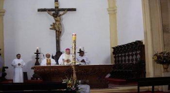 Papéis com o nome das paróquias foram fixados nos bancos da igreja, de forma simbólica, representando a presença do público.
