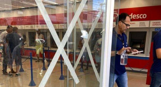 Tentativa de assalto a cliente em agência bancária tem troca de tiros