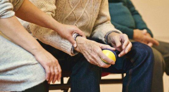 Sem receber visitas, abrigos aumentam cuidados com idosos