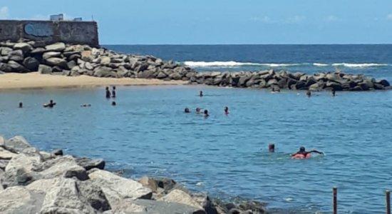 Grupo descumpre decreto estadual e é retirado de praia em Olinda