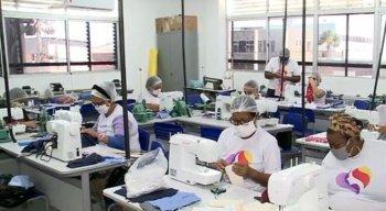 Ao todo, cerca de 100 máscaras são produzidas por dia