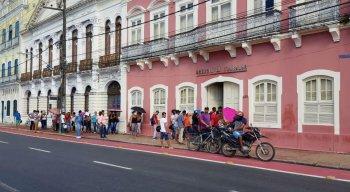 As pessoas compareceram à Agência do Trabalho para dar entrada no seguro-desemprego