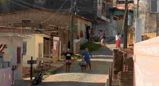 Moradores quebram isolamento social para conseguir água em Camaragibe