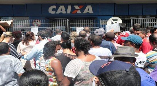 Mesmo após determinação, aglomerações em bancos para receber auxílio de R$ 600 continuam no Recife