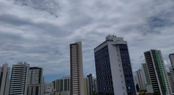 Céu parcialmente nublado na Zona Norte do Recife