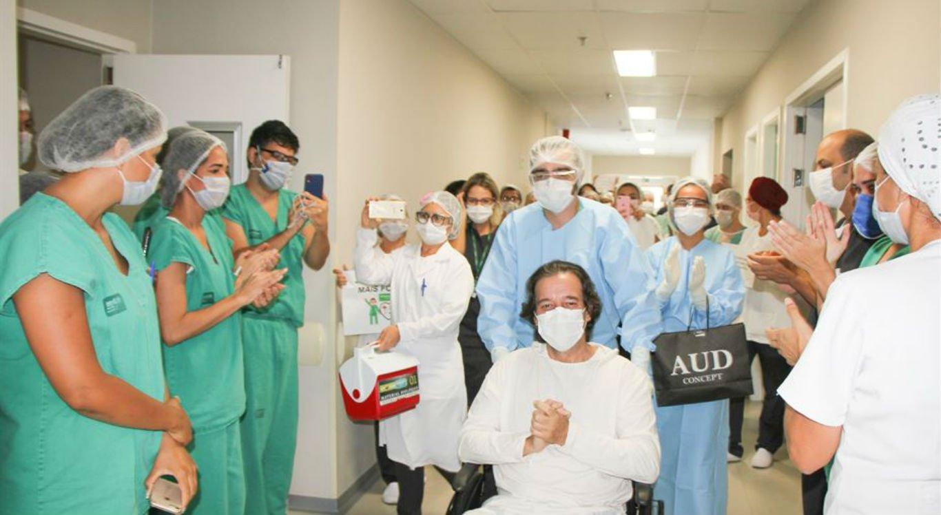 Paciente foi aplaudido durante despedida do hospital