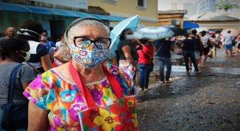 Dona Sebastiana, de 82 anos, sofre com problemas pulmonares. Apesar de ser do grupo de risco da covid-19, a idosa estava na fila para pegar remédios durante a manhã de hoje (16)