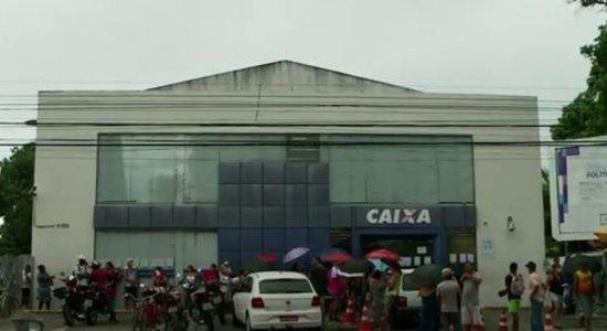 Após aglomeração na Caixa Econômica Federal, cones são colocados para ajudar no distanciamento em Olinda
