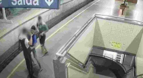 Dupla rouba arma e colete de segurança em Estação de Metrô do Recife