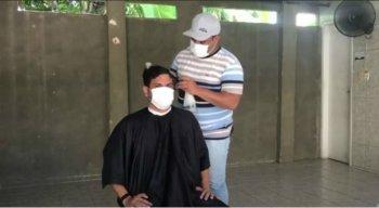 O barbeiro, Wilson Júnior, atende na casa dos clientes