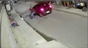 Homem desceu do carro já apontando a arma para um morador que estava na rua