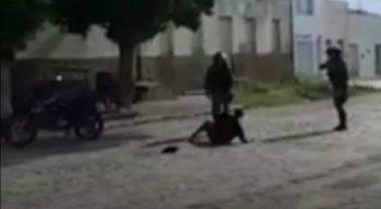 As imagens mostram a idosa sendo agredida com chutes e pontapés pelos policiais militares
