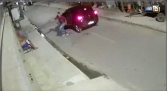Vídeos mostram dupla cometendo assaltos em Jardim São Paulo