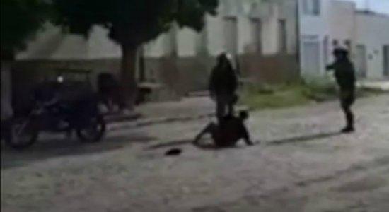 Vídeo mostra idosa de 66 anos sendo agredida por policiais militares no Sertão de Pernambuco