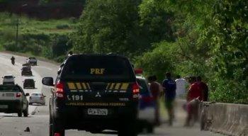 De acordo com a Polícia Rodoviária Federal (PRF), após o acidente o motorista do veículo fugiu do local