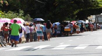 Nesta segunda-feira (20), a fila na agência de Casa Caiada, em Olinda, amanheceu cheia