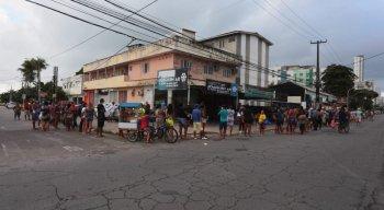 Filas para auxílio emergencial dobram esquinas na Região Metropolitana do Recife