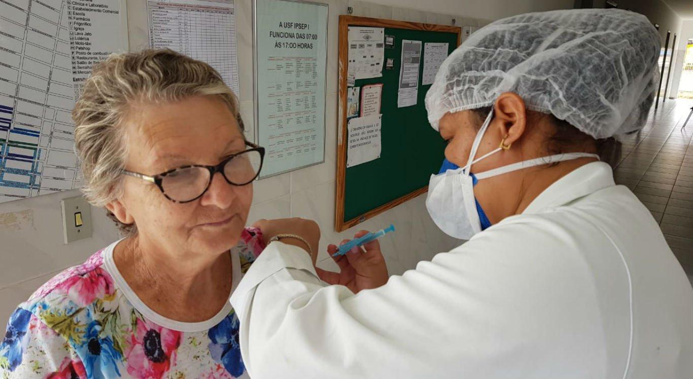 Idosos receberam imunização contra a gripe