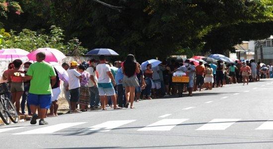 Por auxílio de R$ 600, pessoas dormem em filas nas agências da Caixa