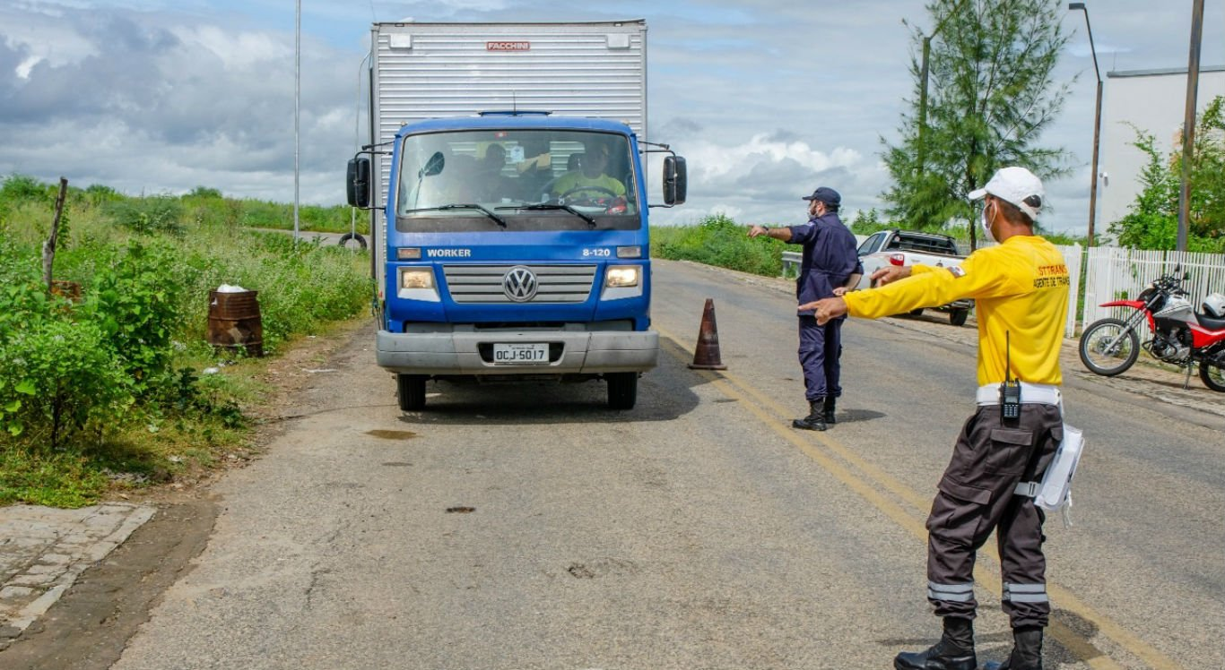 Barreiras sanitárias estão abordando veículos que entram na cidade