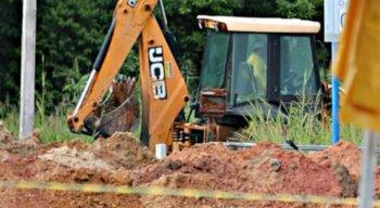 Tratores estão sendo utilizados para acelerar a criação das covas no cemitério Parque das Flores, no Recife
