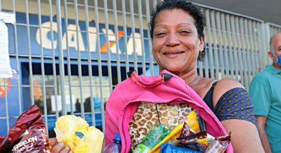 Ambulante passa oito horas na fila por causa do auxílio de R$ 600 e recebe doações para alimentar família