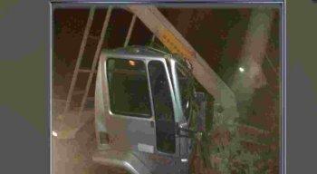 O motorista perdeu o controle do veículo e colidiu com um poste